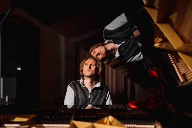 Přípravy na on-line koncert v broumovském klášteře - klavírista Ivo Kahánek | foto: Police symphony Orchestra  (PSO)